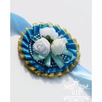 Голубого цвета бутоньерка на руку с белыми цветочками