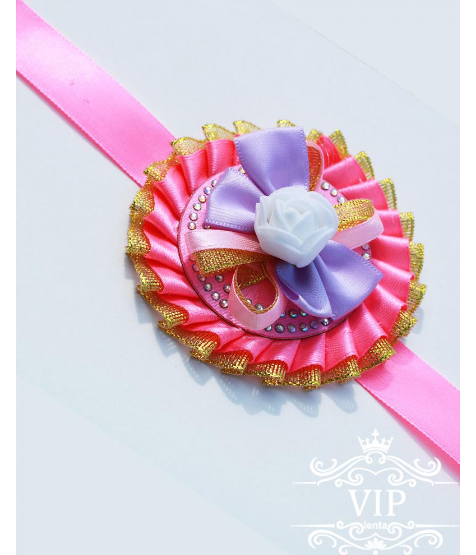 Розового цвета бутоньерка на руку с белым цветочком