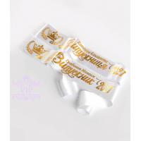 Белого цвета золотым нанесением ленты на заказ именные.